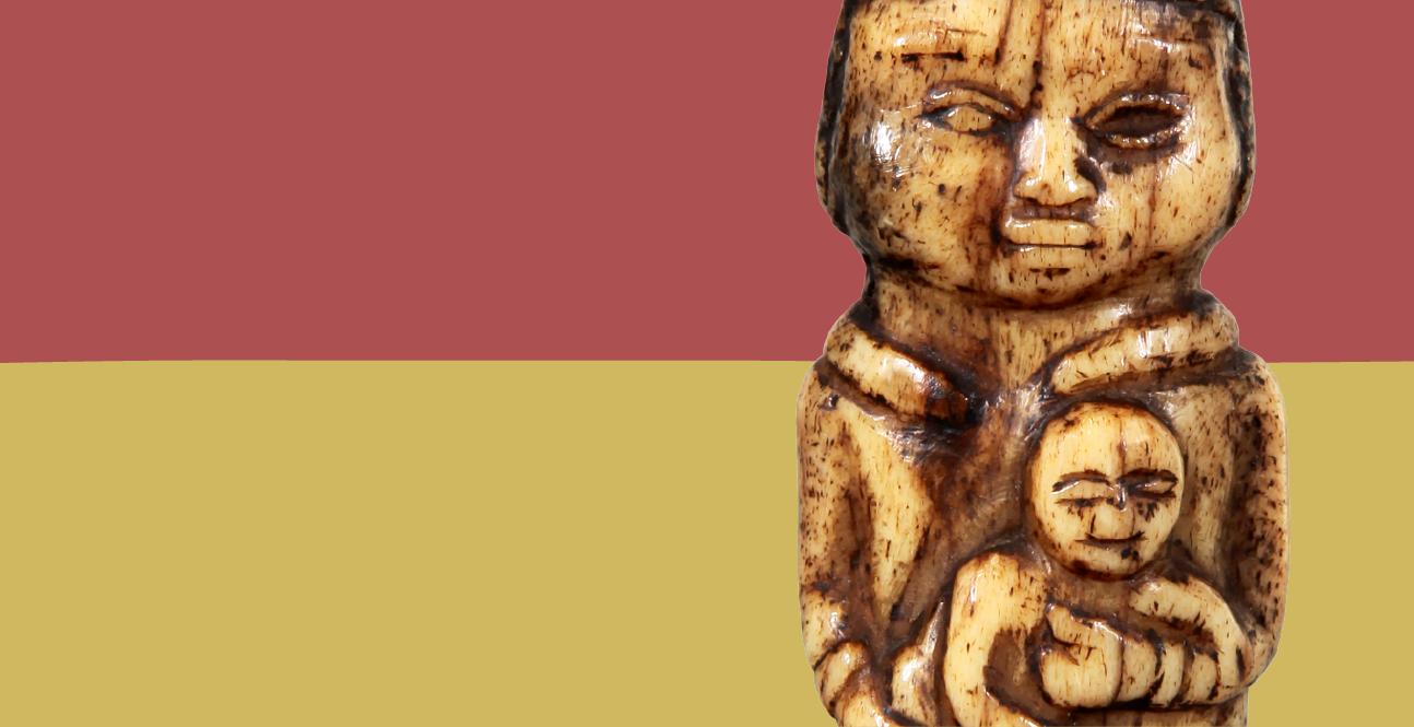 Peça em marfim com a figura de Santo António com o Menino Jesus ao colo