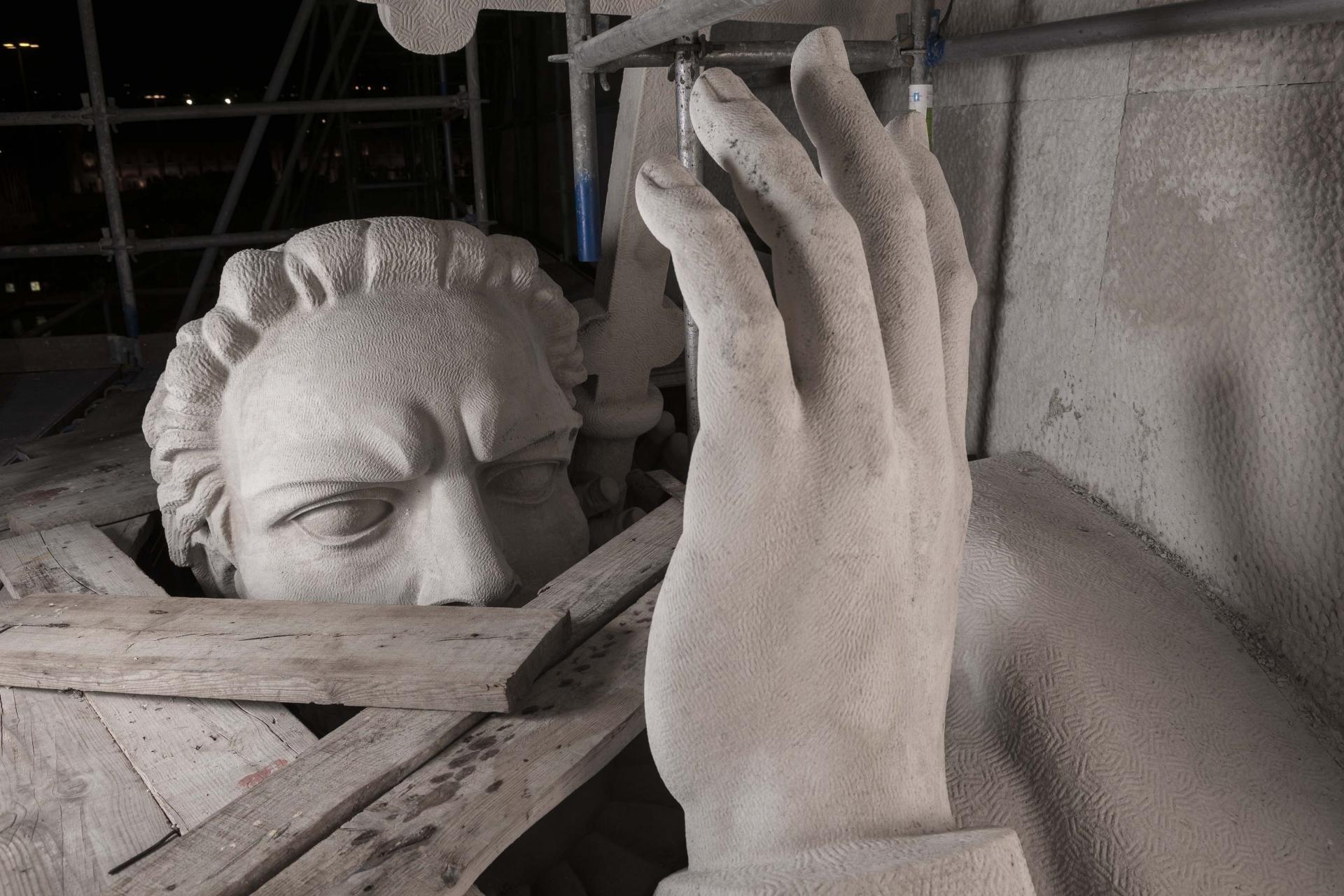 Cabeça e mão da figura de Luis-de-Camões-durante-o restauro do monumento