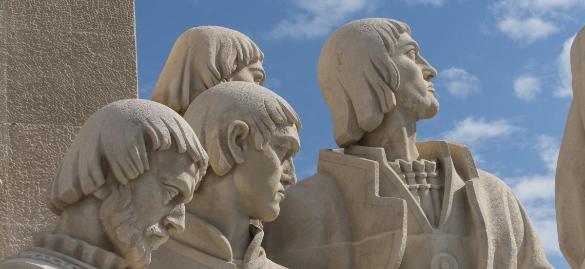 Foto de Luís Pavão do Padrão dos Descobrimentos com as esculturas que representam Pedro Nunes, Pêro de Alenquer, Gil Eanes e João Gonçalves Zarco