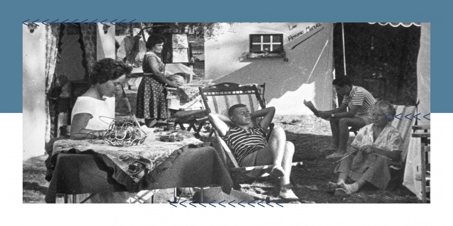 Foto de campistas na Caparica.  Três Senhoras estão ocupadas em trabalhos domésticos um rapaz lê e o outro está sentado a dormir