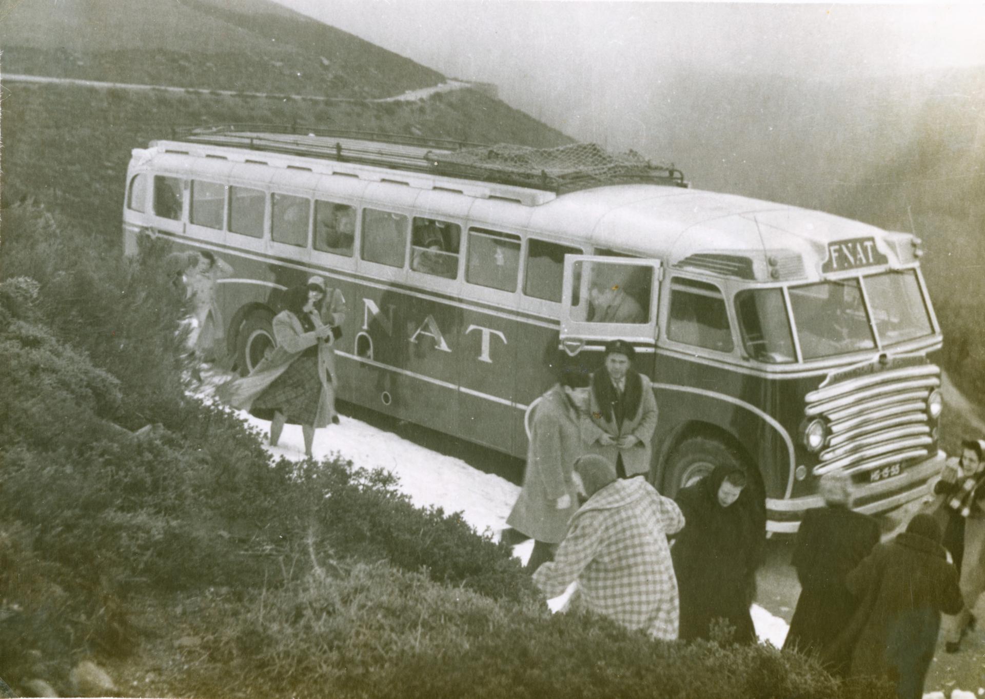 Excursionistas numa camioneta da FNAT, num local que parece a Serrra da Estrela com neve. Fotografia de Armando Raposo Dezembro1952