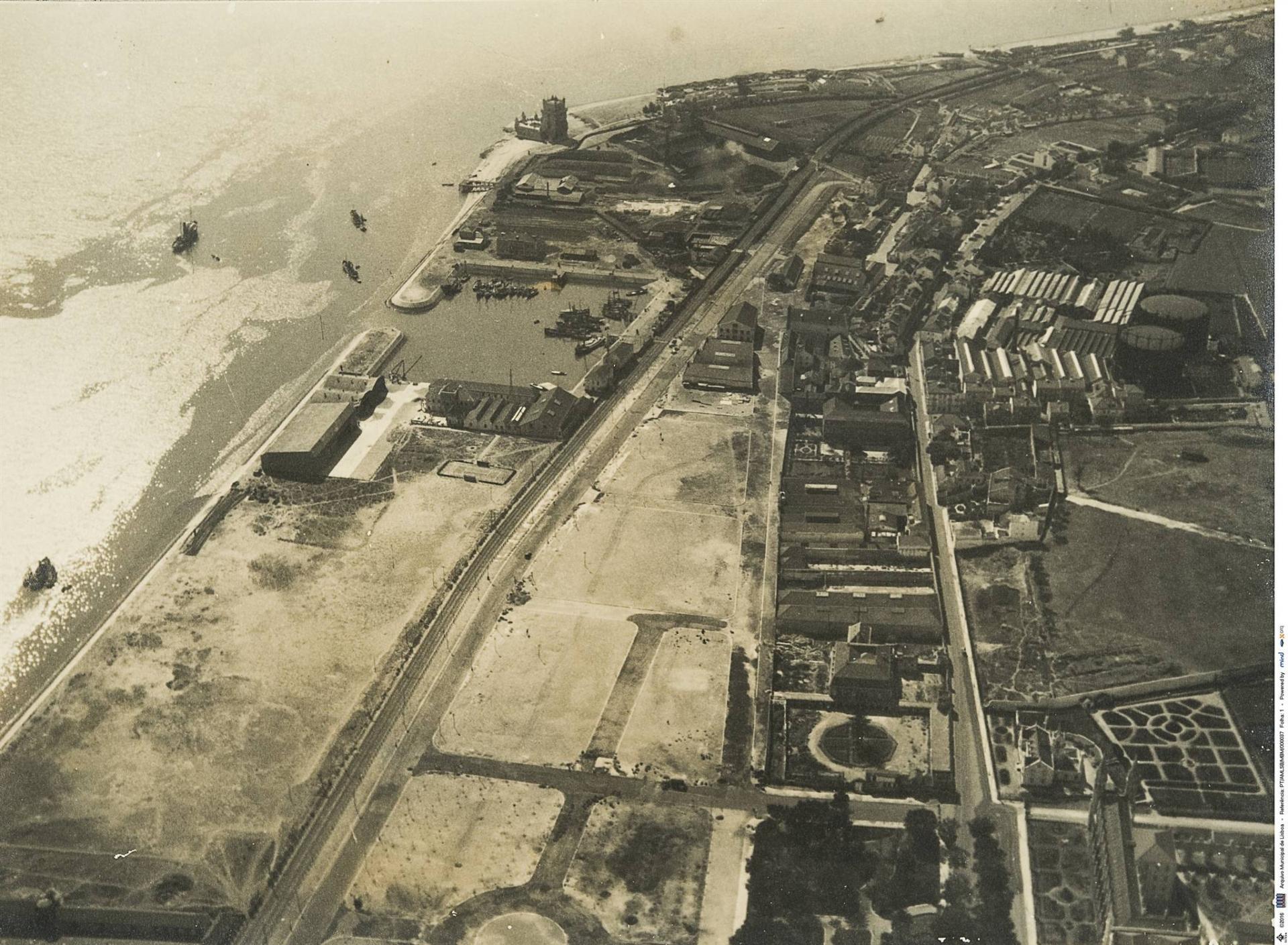 Fotografia aérea sobre a doca do Bom Sucesso, entre 1930 e 1932, Arquivo Municipal de Lisboa