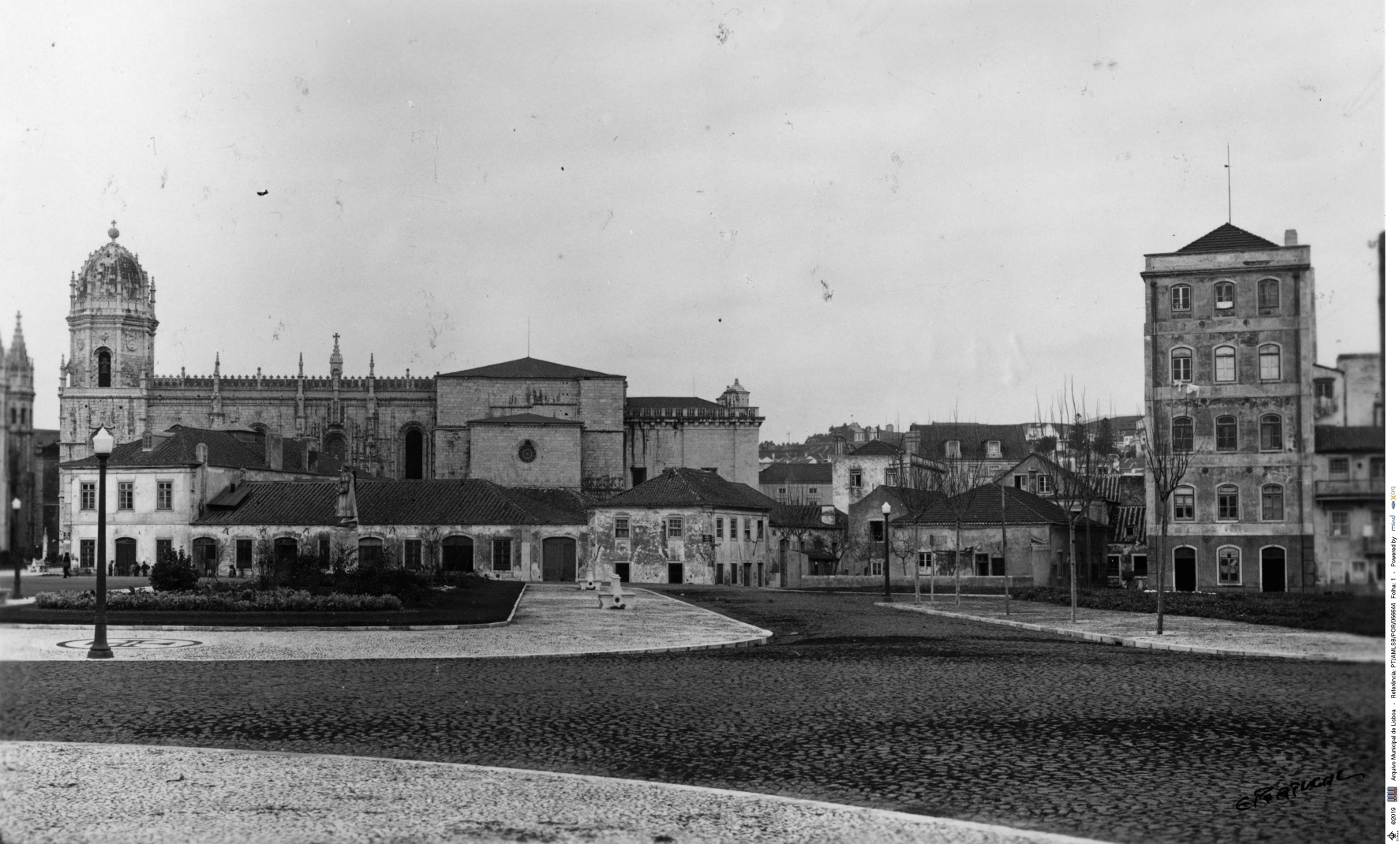 photograph of Praça do Império, panoramic prior to the exhibition of the Portuguese World 9 February 1939. Buildings occupy the space in front of the Jerónimos monastery and also a garden with a statue.