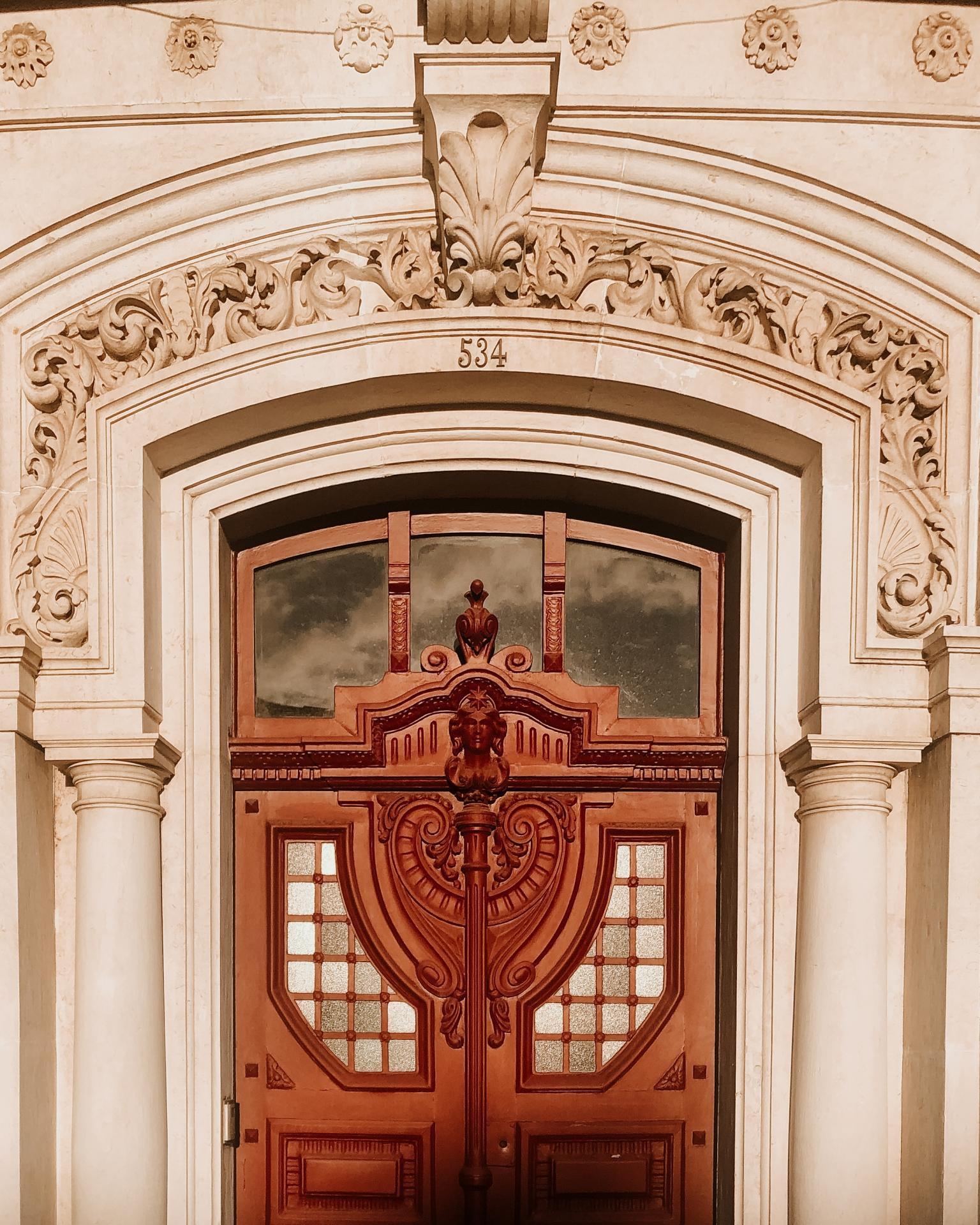 Uma das fotos do projecto OLHO. Foto de porta de entrada de prédio em Belém