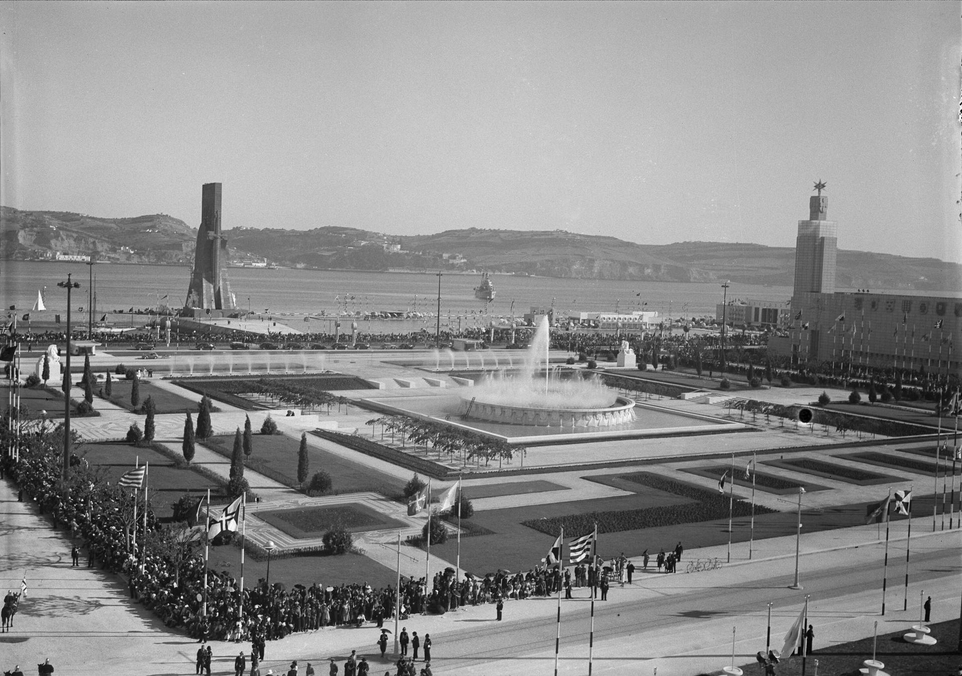 Fotografia da inauguração da Exposição do Mundo Português,no dia 23 de Junho de 1940. Pessoas concentradas na Praça do Império. Ao fundo o Padrão dos Descobrimentos. Biblioteca de Arte FCG. foto de Horácio Novais