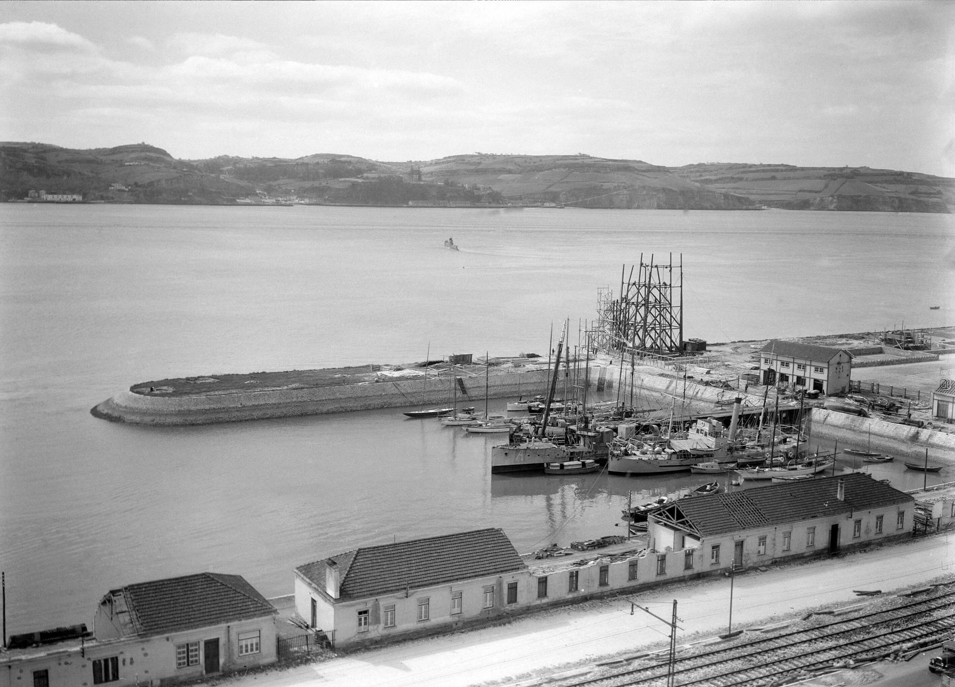 Fotografia aérea da construção da Exposição do Mundo Português cerca de 1940. Na zona ribeirinha de Belém, está em construção o Padrão dos Descobrimentos. Biblioteca de Arte FCG, foto de Horácio Novais