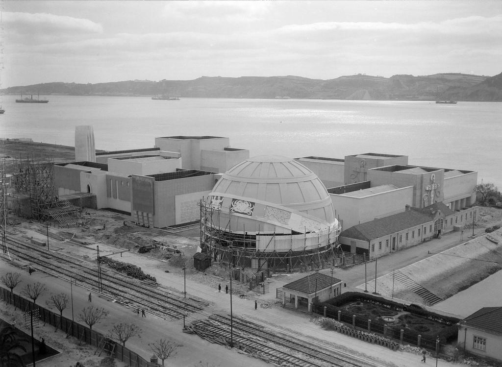 Fotografia aérea da construção da Exposição do Mundo Português cerca de 1940. Zona ribeirinha de Belém. A Esfera dos Descobrimentos em construção