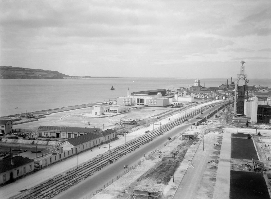 Fotografia aérea da construção da Exposição do Mundo Português cerca de 1940. Zona ribeirinha de Belém. Em construção o Espelho de Água e o Pavilhão da secção da vida popular, atualmente Museu de Arte Popular, ao fundo está a Torre de Belém