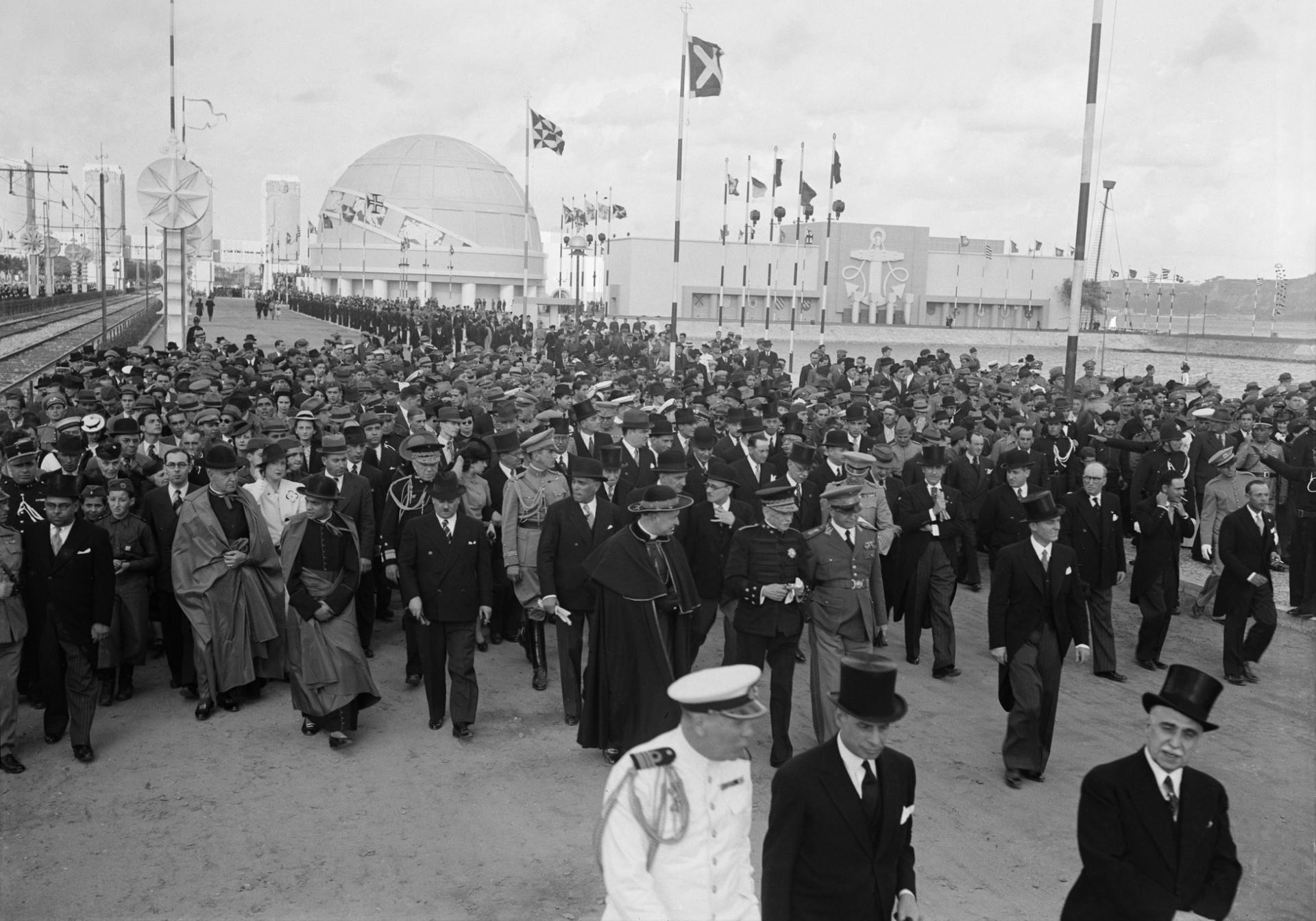 Fotografia da inauguração da Exposição do Mundo Português,no dia 23 de Junho de 1940, umas centenas de pessoas, entre as quais políticos, embaixadores e governantes. Ao fundo o Pavilhão e Esfera dos Descobrimentos