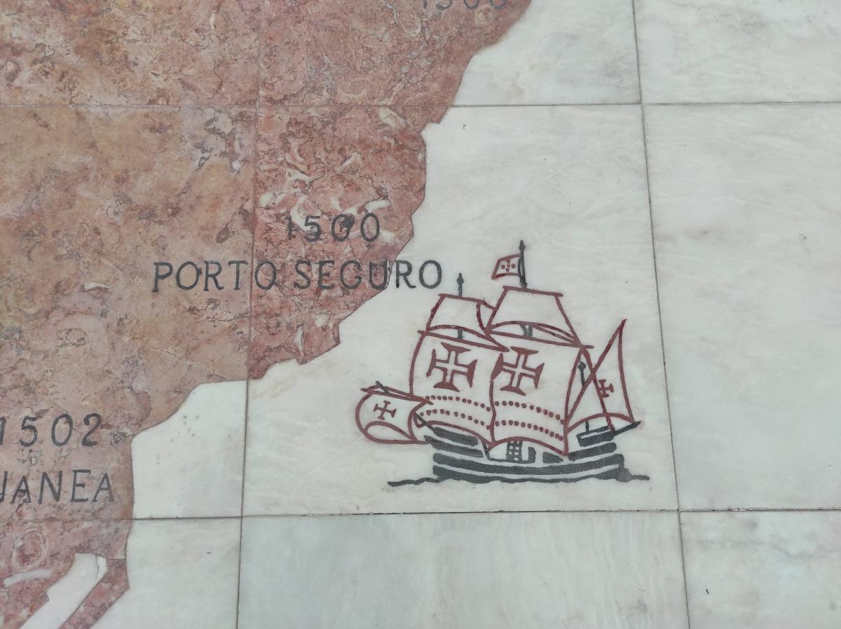 Nau a chegar a Porto Seguro no Brasil, desenhada no mármore. Pormenor do planisfério na Rosa-dos-ventos