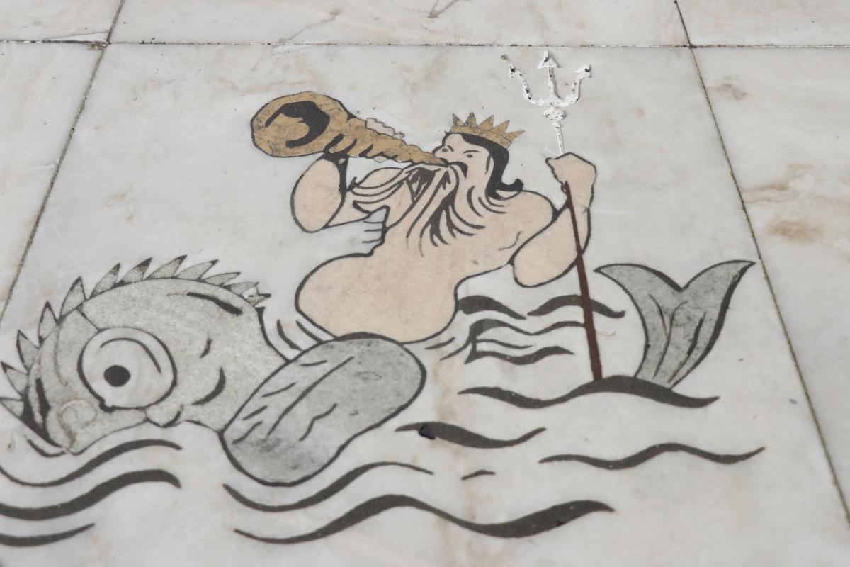 Neptuno, deus dos mares, montado num peixe.  Desenho no mármore, pormenor do planisfério na Rosa-dos-ventos